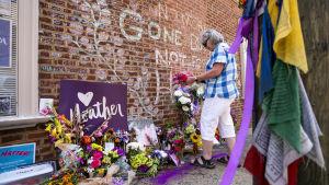 Folk lägger ner kransar i Charlottesville för att hedra minnet av aktivisten Heather Heyer som dödades av en högerextremist i fjol somras