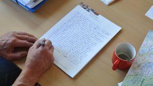 Peter Steggos pappa skriver på sitt modersmål, pitesamiska, för första gången.