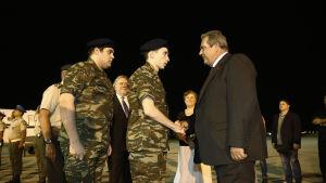 Försvarsminister Panos Kammenos hoppades på en ny era i relationerna mellan Grekland och Turkiet då han tog emot soldaterna strax före gryningen