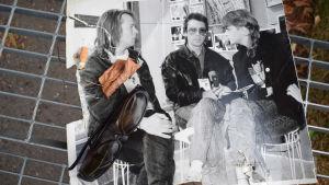 Måns Strömberg intervjuar ett band på trasigt svartvitt fotografi.
