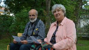 två besökare vid konstens natt på svenska i Åbo