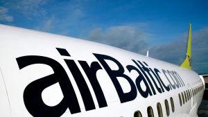 Air Baltic flygplan i närbild.