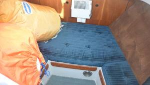 Insidan av en segelbåt, mindre utrymme, med extra segel