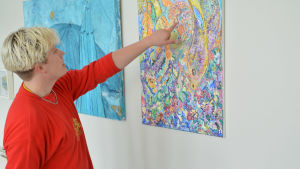 Ville Laurinkoski betraktar sin favoritmålning.