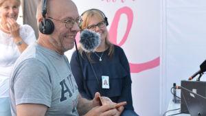 Raul Pohjonen är antikexpert och i bakgrunden skymtar Jessica Morney.