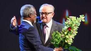 Kafi Annan gratulerar Martti Ahtisaari på den senares 80-årsdag.