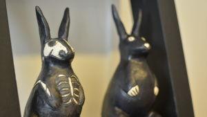 Två av Paula Blåfields keramikkaniner.