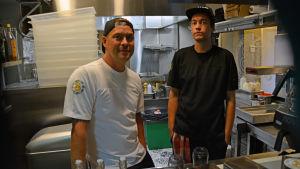 Peter Elfving och Anssi Sirkiä från B-Side Burgers i Borgå.