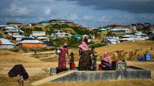 Rohingyaflyktingar samlar vatten i lägret Kutupalong i Ukhia, Bangladesh