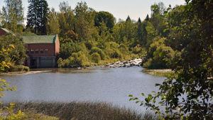 Strömbergs vattenkraftverk och Borgå å (en damm).