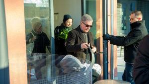 presidentparet lämnar Kvinnokliniken i Helsingfors i februari 2018 med sin son som sedan döptes till Aaro Veli Väinämö Niinistö.