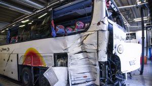 Den skadade bussen på bussdepå i Kuopio.