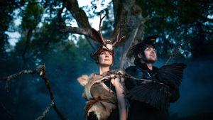 Metsien kätkemä-sarjan yleiskuva kuvassa Reetta Ranta ja Antti Huttunen metsässä.