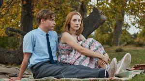 Edward och Florence på picnic i parken.