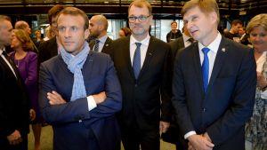 President MAcron fick en scarf gjord av intelligenta textilier under sitt besök på Aalto-universitetet.