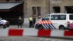 Polisbil utanför centralstationen i Amsterdam.