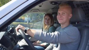 Tommy Tolppanen och Ellinor Johansson tränar körning med polisbil.