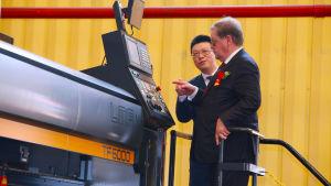 Lin Qin, vd för Xiamen Shipbuilding Industry och Jan Hanses, vd för Viking Line, redo att starta skärningen av den första plåten.