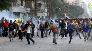 Polisen avfyrar tårgas mot protestanter som stöder den avsatta presidenten Mohamed Mursi, november 2013