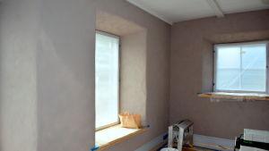 De tjocka väggarna isolerar bra.