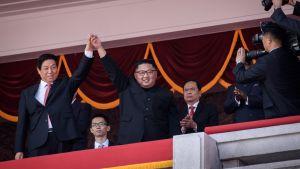 Li Zhanshu och Kim Jong-un följde med paraden i Pyongyang tillsammans.