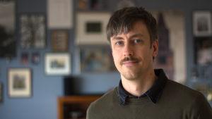 Porträtt av man med mustasch