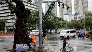 I Filippinernas huvudstad Manila har bland annat vägskyltar rivits ner av tyfonvindarna.