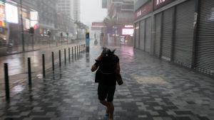 Gatorna i Hongkong är så gott som tomma i väntan på att tyfonen Mangkhut ska slå till.
