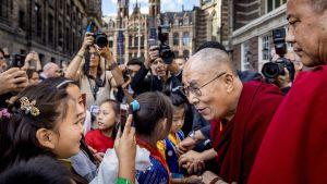 Dalai lama träffar barn i Amsterdam.
