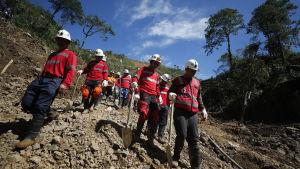 Räddningsarbetare fortsätter letandet efter personer som förolyckats jordskred till följd av tyfonen Mangkhut, i Itogon i Benguet provincen.