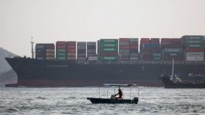 Fartyg lassad med containrar utanför Hong Kong.
