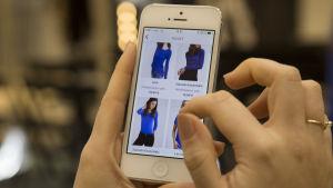 En mobiltelefon med Zalandos applikation igång.