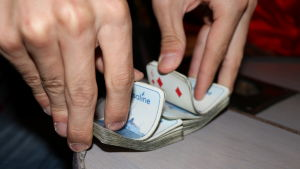 Händer som håller i en kortpacke.