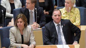 Isabella Lövin och Stefan Löfven i nedre raden, och Gustav Fridolin och Margot Wallström i den övre sitter och ser allvarliga ut.