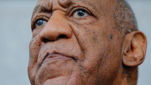 Arkivbild på Bill Cosby då han lämnar domstolen i Pennsylvania i juni 2017.
