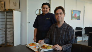 Joakim Snickars och Udomrak Yodkaew på en lunchrestaurang