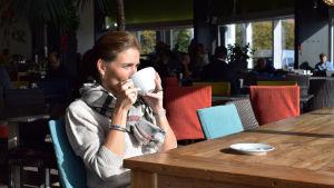 Ira Hammermann dricker kakao på Café Carusel.