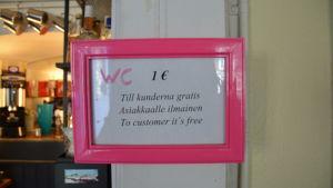 Skylt där det står att toalettbesök är gratis för kunder.