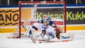 Christian Heljanko står i mål för Tappara.