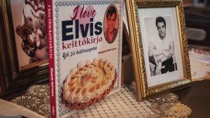 """Keittokirja jonka kannessa kuva kakusta ja teksti """"I love Elvis keittokirja""""."""