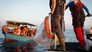 Migranter får hjälp på Medelhavet