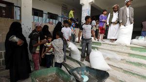 Livsmedel delas ut bland civila i Jemen.