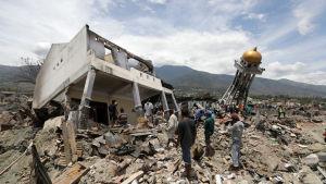 Stora delar av samhället Balaroa i staden Palu sögs ner i marken som förvandlades till gungfly under tvillingkatastrofen den 28 september