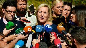 Inés Madrigal omgiven av journalister