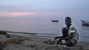 Barnen i Turkana kommer att leva ett mycket annorlunda liv jämfört med sina föräldrar och farföräldrar. Många av dem får lära sig läsa och skriva, men samtidigt hotar de att gå miste om nomadkulturen, som är grunden till Turkanabornas identitet.