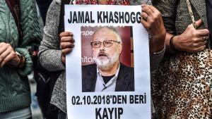"""""""Jamal Khashoggi saknas sedan den 2 oktober"""" står det på den här kvinnans affisch under en demonstration i Istanbul den 9 oktober."""