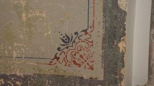 Gammal vägg med ornament.