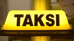 Taxiskylt med finsk text