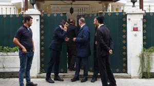 Myndighetspersoner utanför det saudiska konsulatet i Istanbul.
