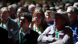 Rörd publik under premiärminister Scott Morrisons tal, där han ber om ursäkt av offer för sexövergrepp.
